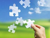 Eine Hand hält einen Puzzlestein